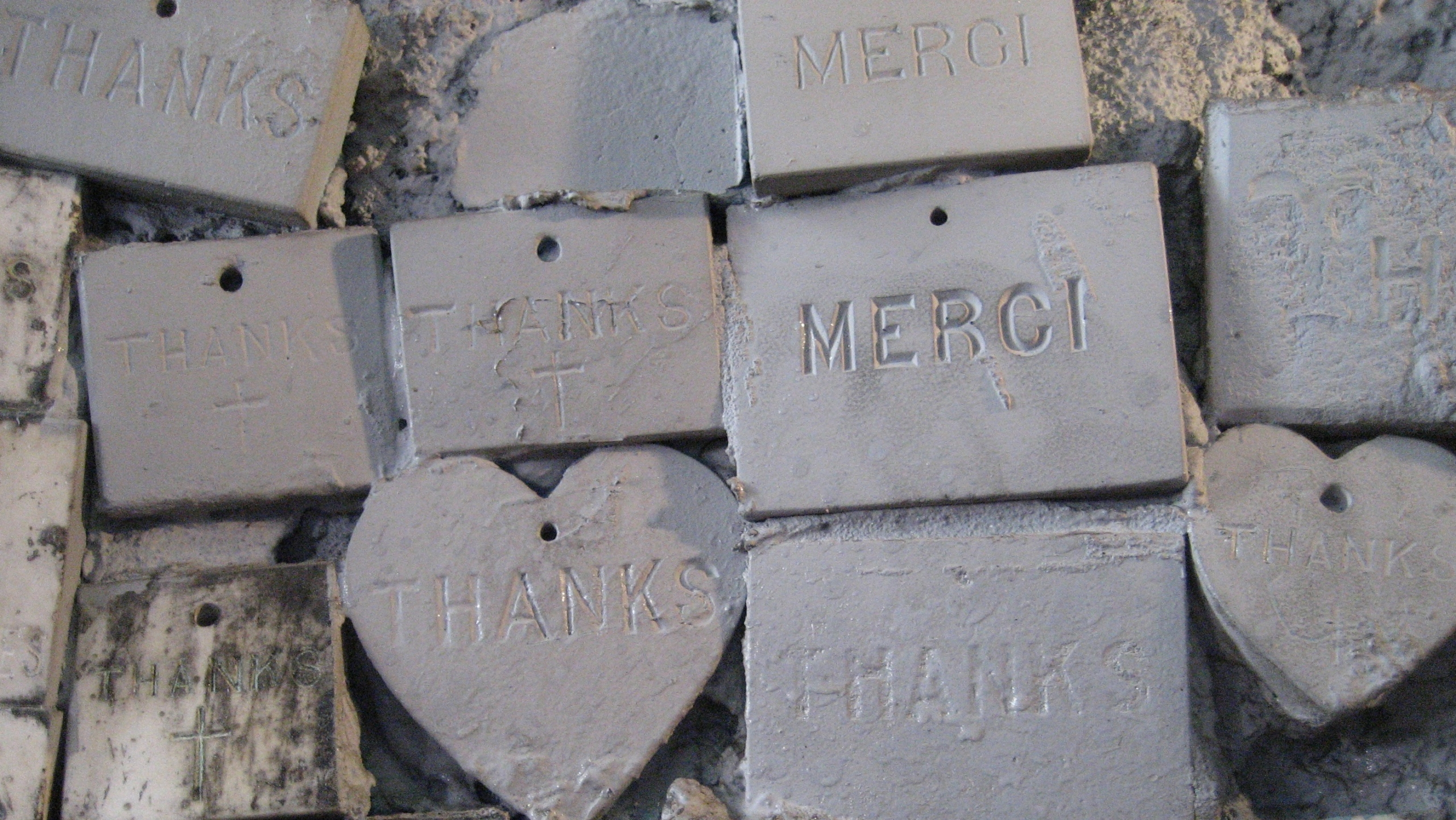 Small items saying thanks and merci
